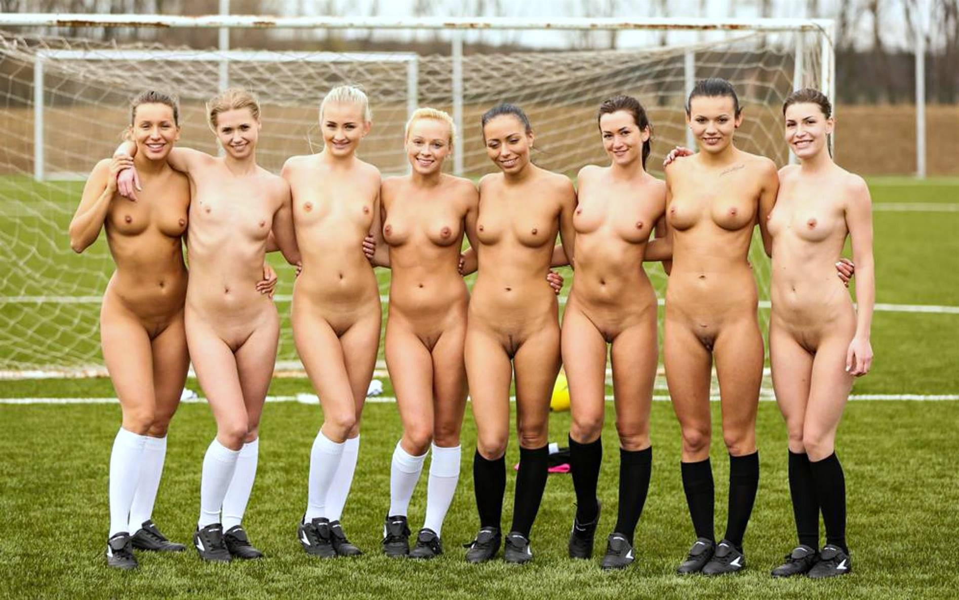 women-playing-nude-sports