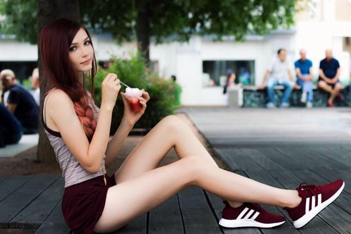 Карина Стримерша ест мороженное и показывает ножки