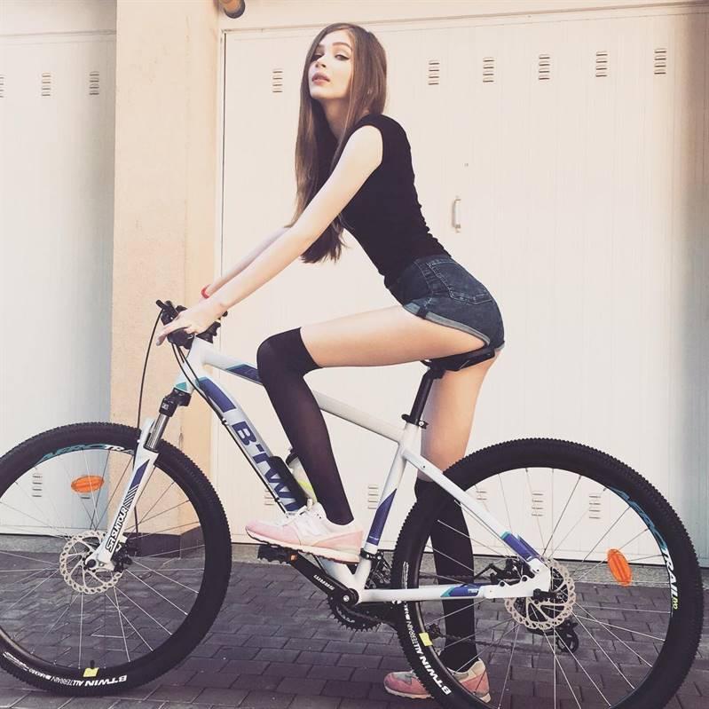 Карина Стримерша показывает свою сладкую попку, катаясь на велосипеде