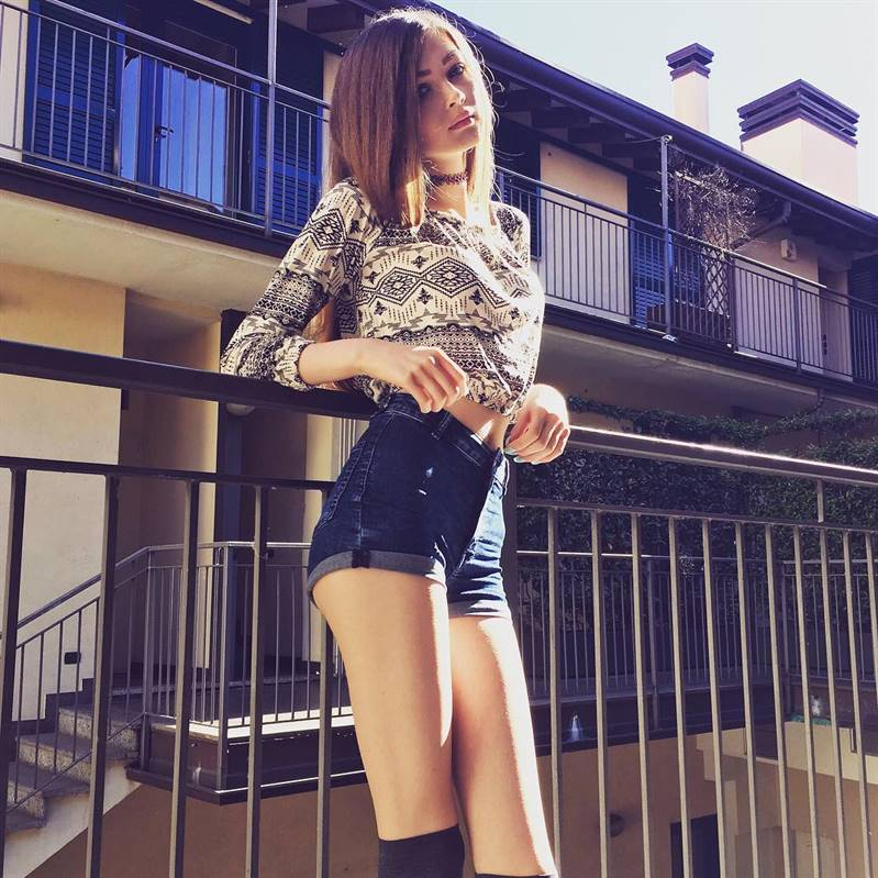 Карина Стримерша в чулках или длинных носках